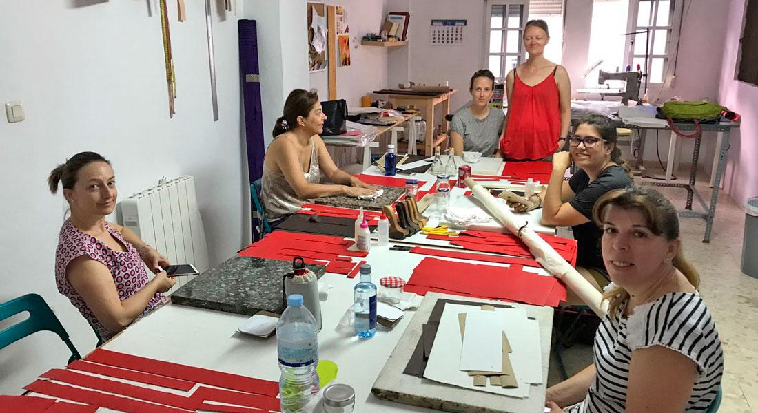 Alumnas del curso de patronaje y producción de bolsos.